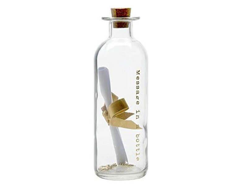 Botella de cristal con texto grabado